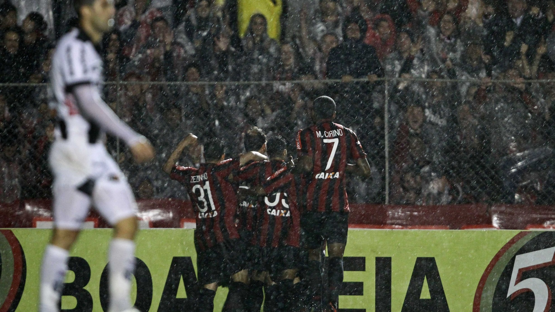 22.set.2013 - Jogadores do Atlético-PR comemoram o gol de Paulo Baier sobre a Ponte Preta