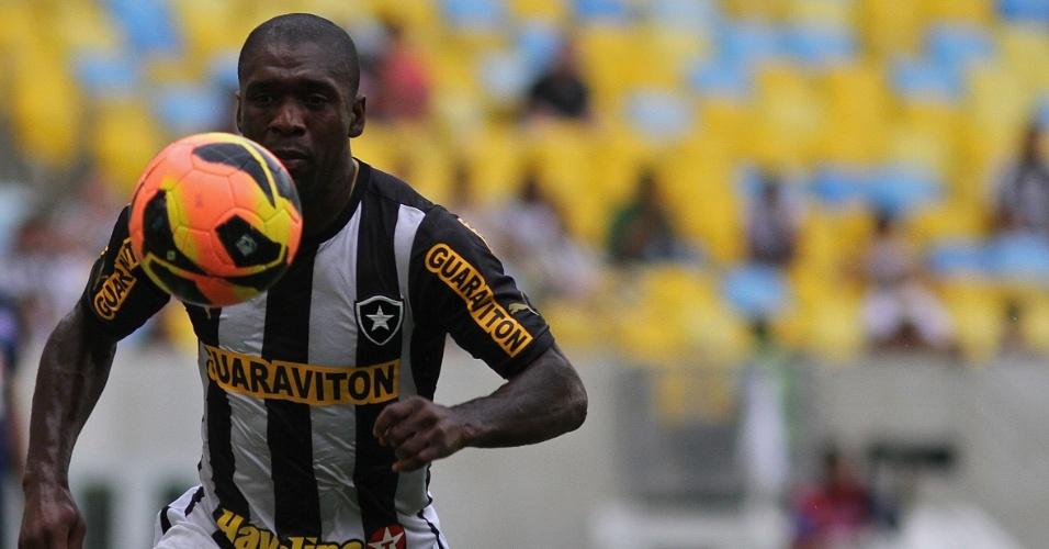 22.set.2013 - Meia holandês Seedorf, do Botafogo, domina a bola durante a partida contra o Bahia
