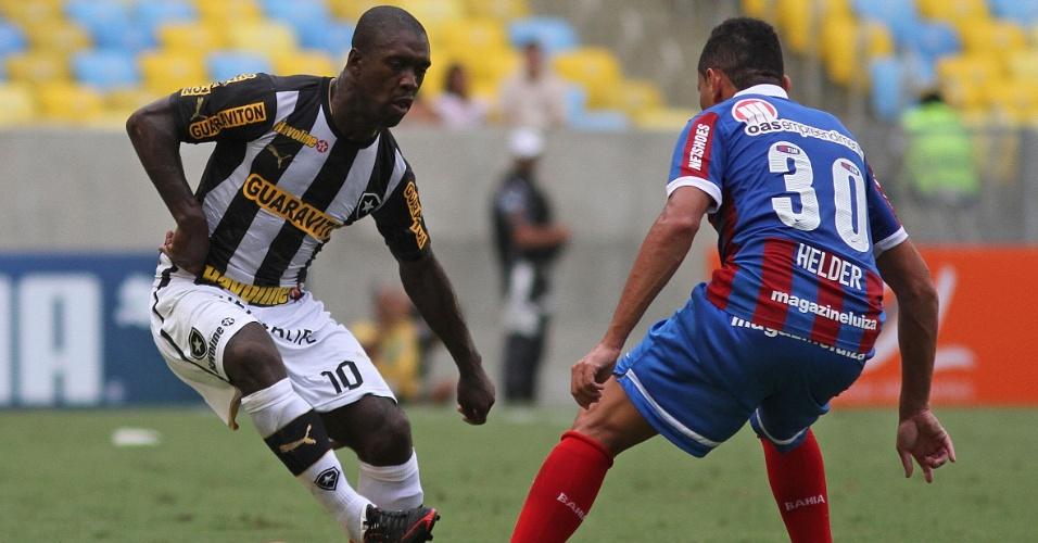 22.set.2013 - Meia holandês Seedorf, do Botafogo, tenta passar pela marcação de Helder, do Bahia