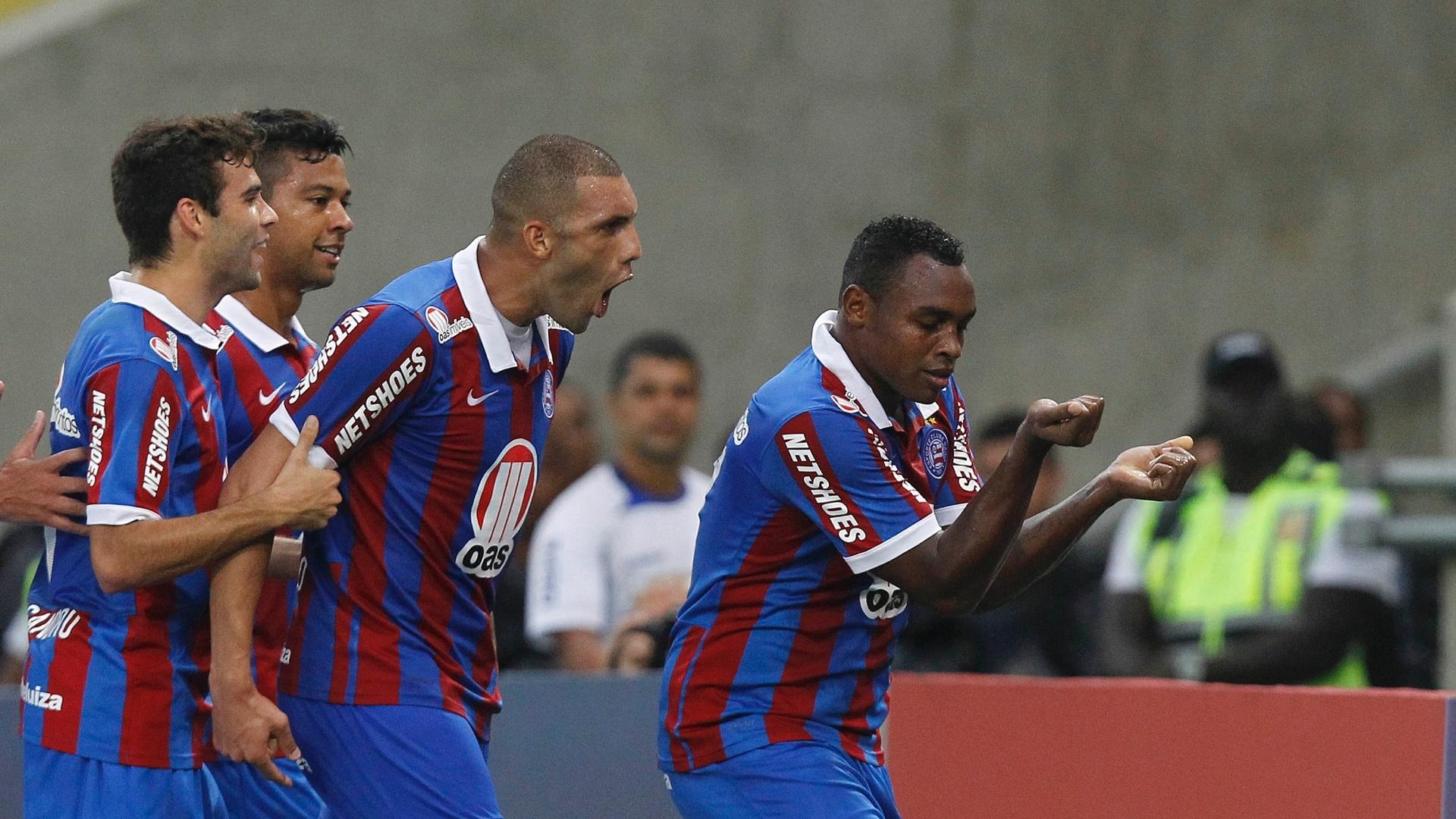 22.set.2013 - Obina faz dancinha para comemorar o gol da vitória do Bahia sobre o Botafogo, no Maracanã