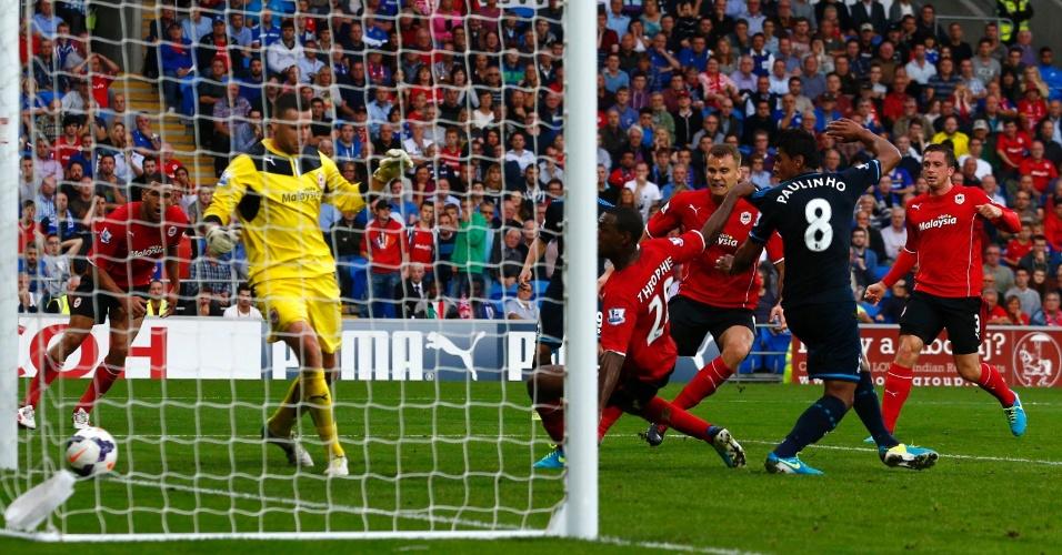 22.set.2013 - Paulinho marca o gol da vitória do Tottenham contra o Cardiff City