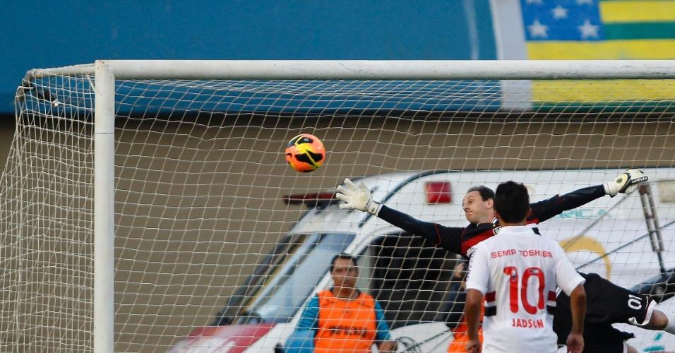 22.set.2013 - Rogério Ceni se estica para tentar fazer a defesa em cobrança de falta de Rodrigo; a bola bateria na trave e nas costas do goleiro antes de entrar no gol
