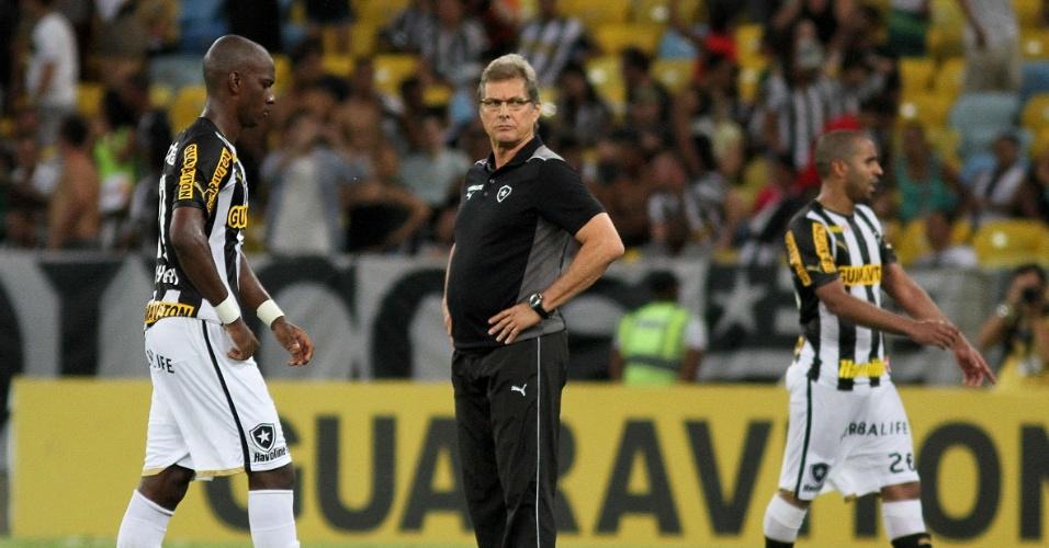 22.set.2013 - Técnico Oswaldo de Oliveira e jogadores do Botafogo lamentam a derrota para o Bahia, em pleno Maracanã