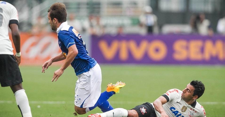 22.set.2013 - Volante Maldonado, do Corinthians, dá carrinho em Éverton Ribeiro, meia do Cruzeiro
