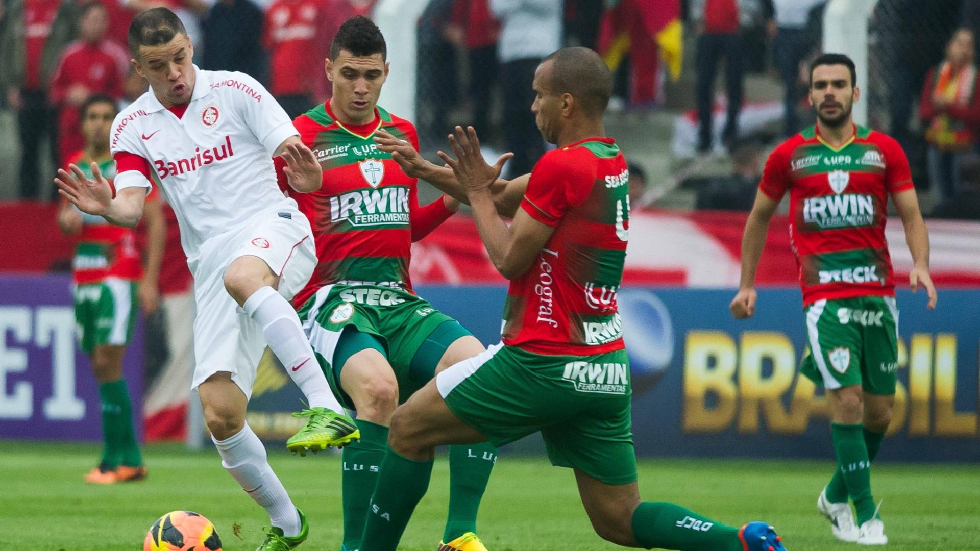 D'Alessandro divide bola com Valdomiro em jogo Inter x Portuguesa, pela 23ª rodada do BR (22/09/13)