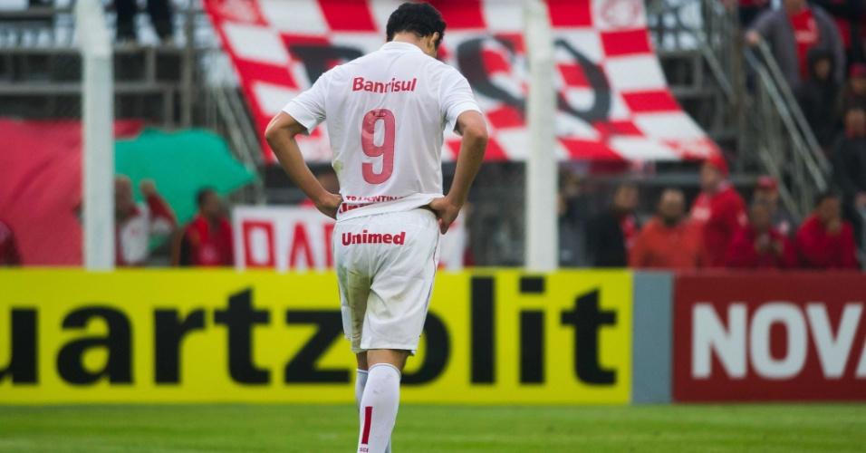 Leandro Damião cabisbaixo após gol da Portuguesa, em jogo válido pela 23ª rodada do BR (22/09/13)