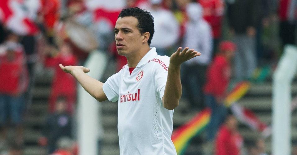 Leandro Damião gesticula após falta em jogo Inter x Portuguesa, pela 23ª rodada do Brasileirão (22/09/13)