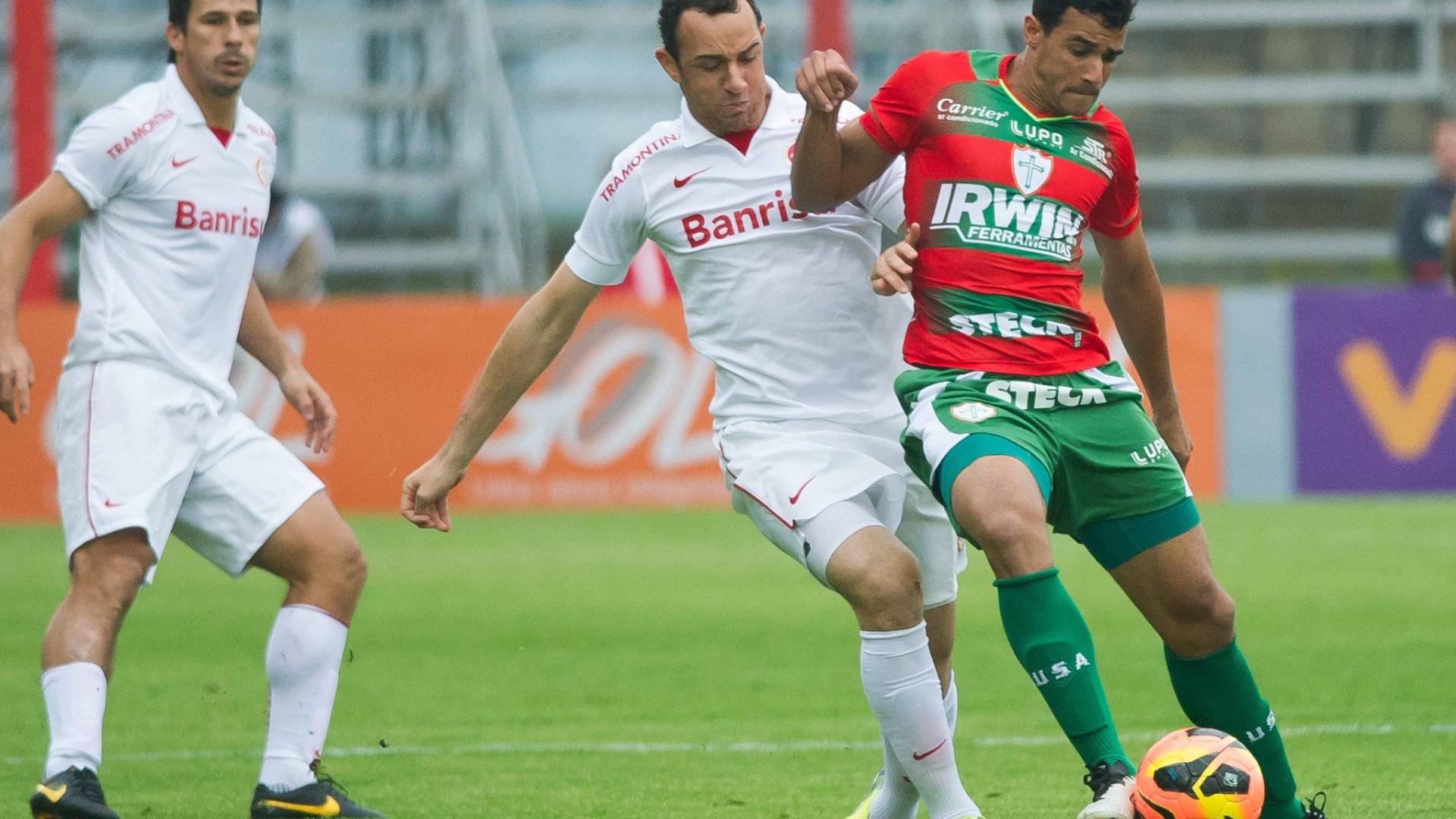 Volante Josimar tenta desarme no jogo Inter x Portuguesa, válido pela 23ª rodada do Brasileirão (22/09/13)