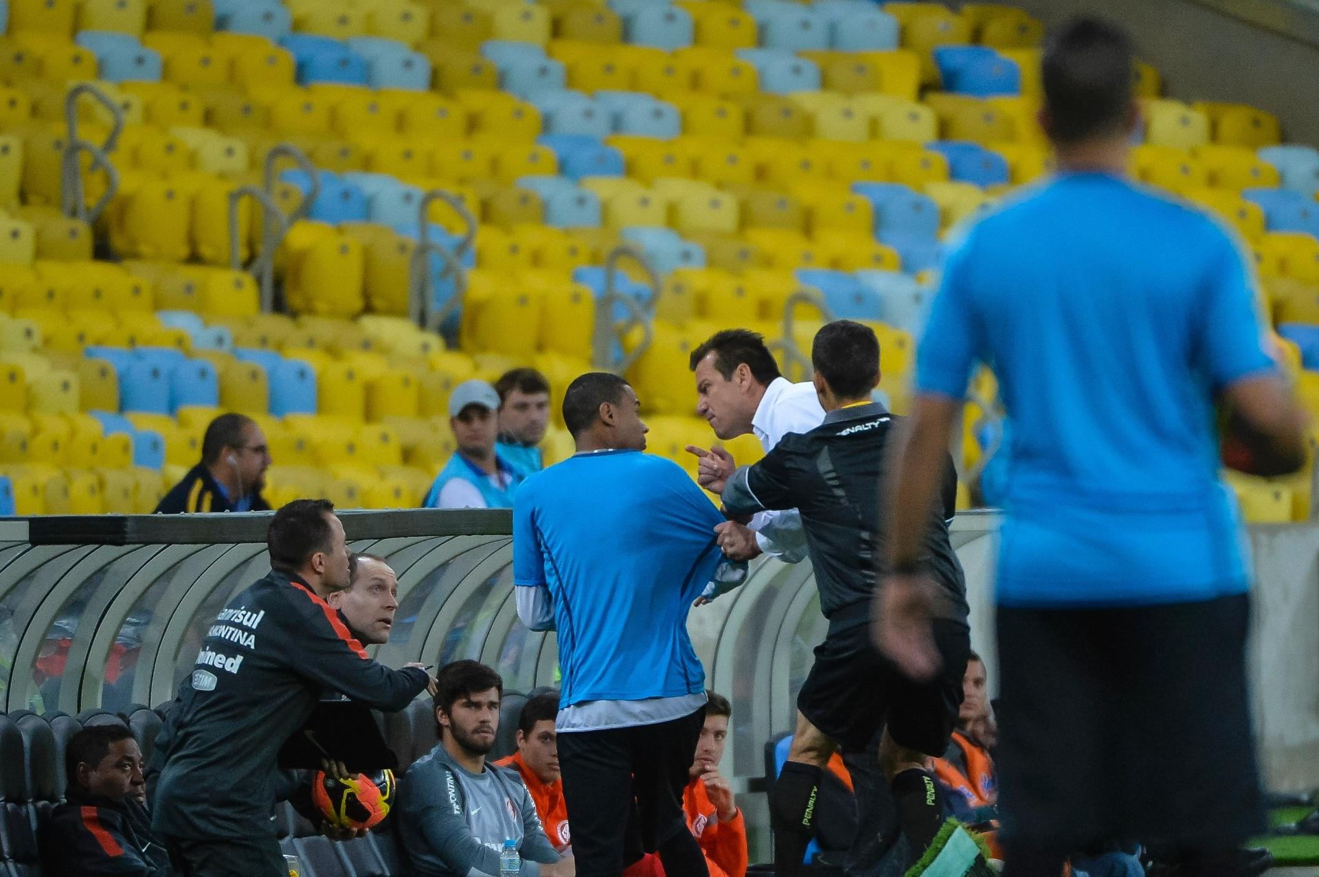 15.ago.2013 - Técnico Dunga cobra gandula após reposição rápida durante o empate do Internacional com o Botafogo pelo Brasileirão