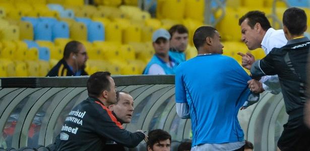 Técnico Dunga briga com gandula após reposição rápida de bola durante o empate entre Inter e Botafogo