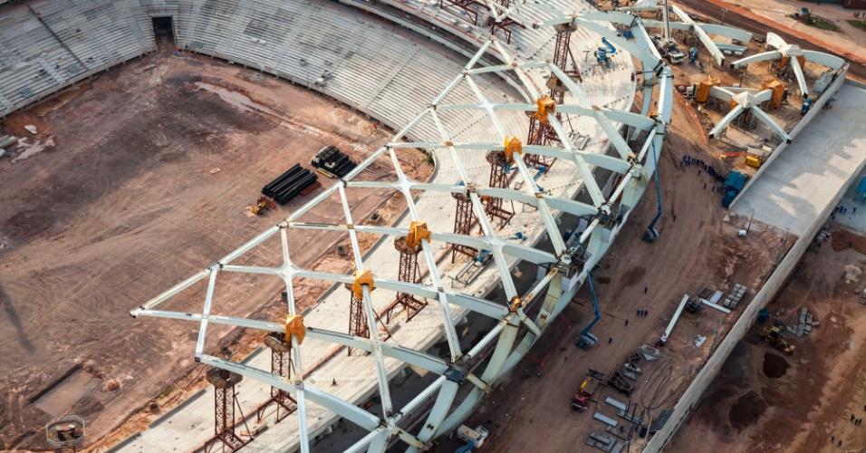 16/ago/2013 - Operários instalam estrutura metálica sobre arquibancadas da Arena da Amazônia