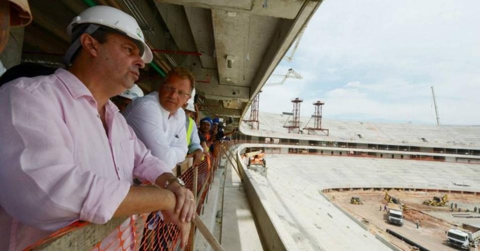 21/ago/2013 - Governador do Amazonas, Omar Aziz, e Jeróme Valcke, secretário-geral da FIFA, visitam obras da Arena da Amazônia
