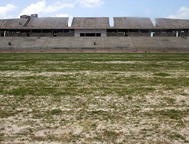 Grama é plantada na Arena das Dunas: estádio é a única obra que deve sair para a Copa em Natal