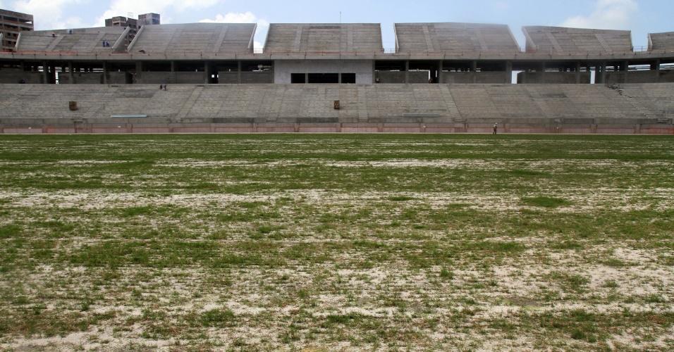 06/set/2013 - Começa plantio de grama na Arena das Dunas