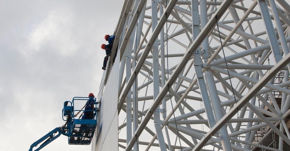 14/ago/2013 - Operários instalam placas de ferro na fachada da Arena das Dunas, em Natal