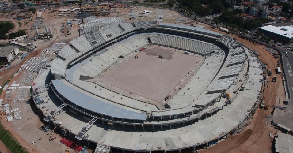 14/ago/2013 - Vista aérea mostra que estrutura das arquibancadas do estádio está pronta