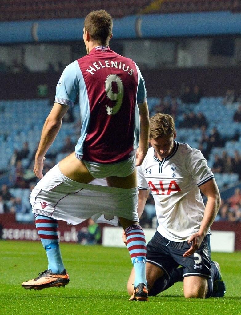 24.set.2013 - Nicklas Helenius reclama com a arbitragem após perder o calção durante lance da partida entre Aston Villa e Tottenham