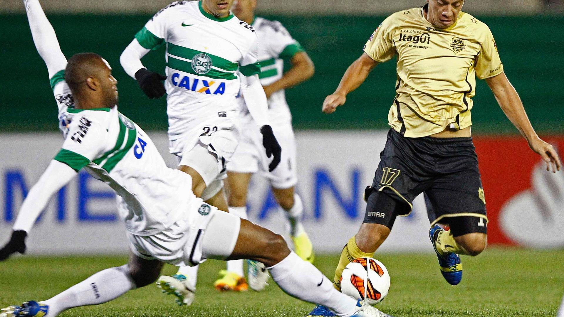 24.set.2013 - Bonfim disputa bola com Rodríguez, do Itaguí, enquanto Robinho observa