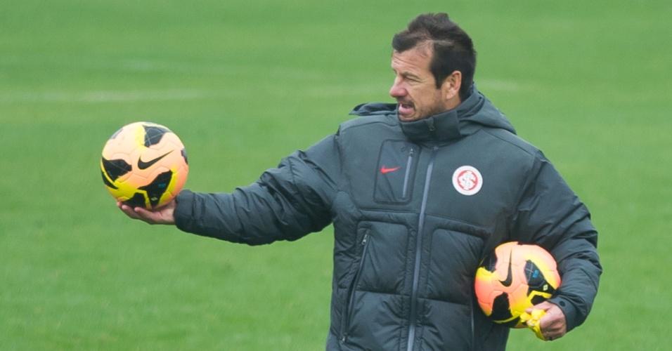Dunga distribui bolas e coletes em meio ao treinamento tático do Inter (24/09/2013)