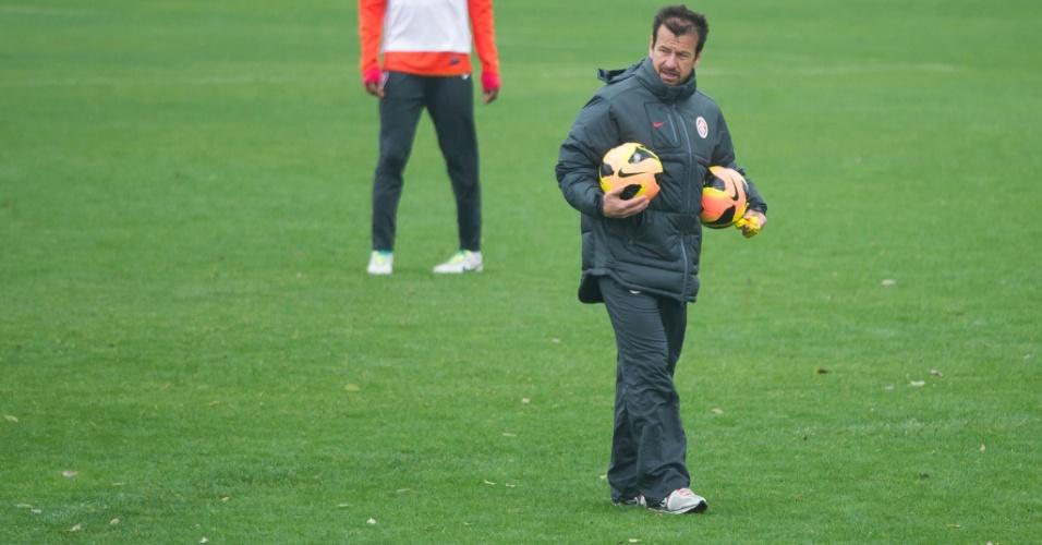 Dunga orienta treino do Internacional antes de jogo contra o Atlético-PR, pela Copa do BR (24/09/13)