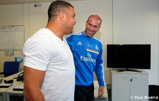 Ronaldo e Zidane conversam durante visita do Fenômeno ao Real Madrid