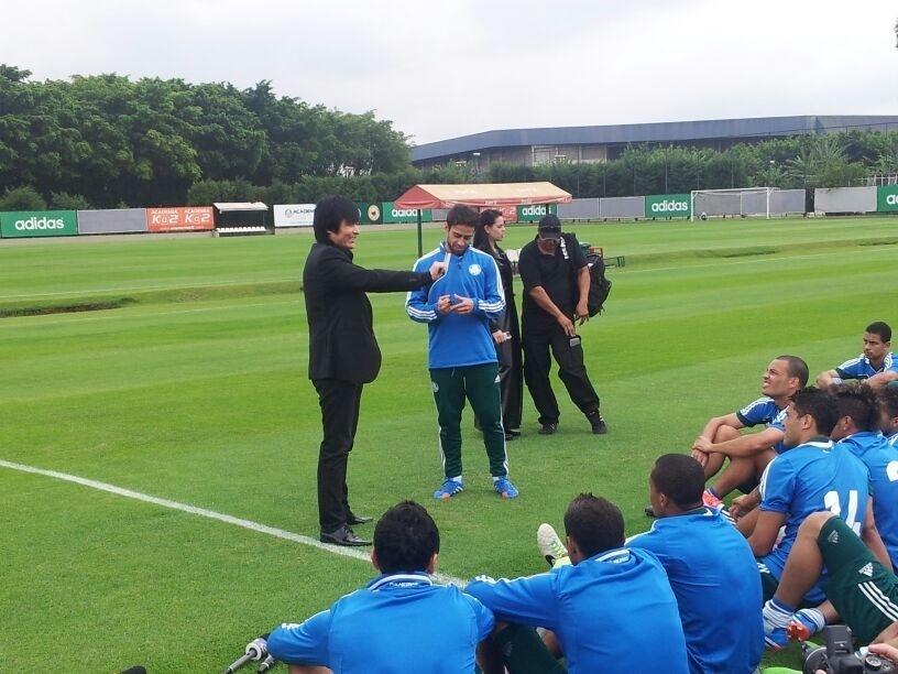 Valdivia faz truque com cartas durante treino do Palmeiras