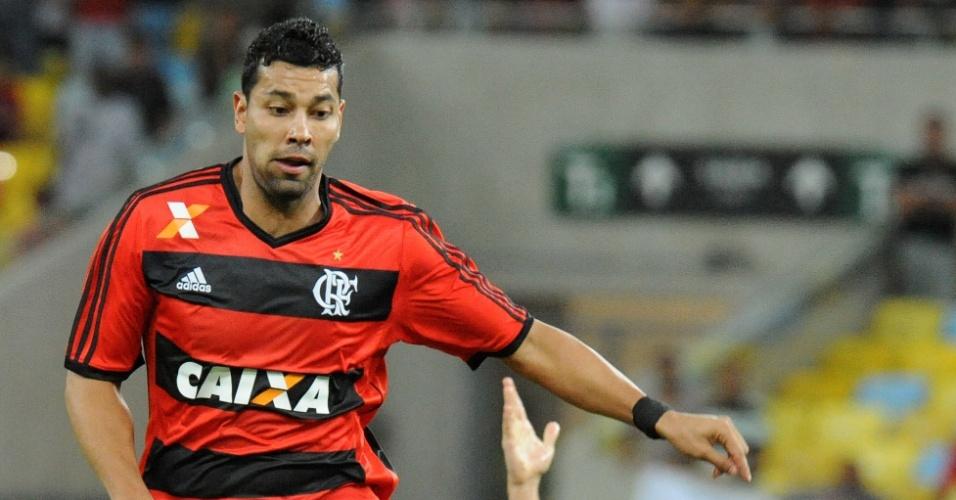 25.set.2013 - André Santos controla a bola durante partida entre Flamengo e Botafogo pela Copa do Brasil