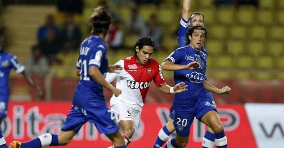 25.set.2013 - Falcao García passa pela marcação do Bastia em partida do Campeonato Francês