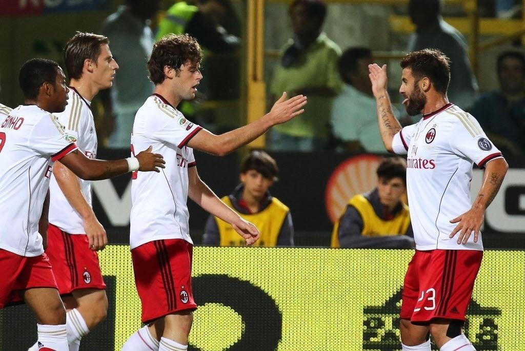 25.set.2013 - Jogadores do Milan comemoram gol Andrea Poli na partida contra o Bologna pelo Campeonato Italiano
