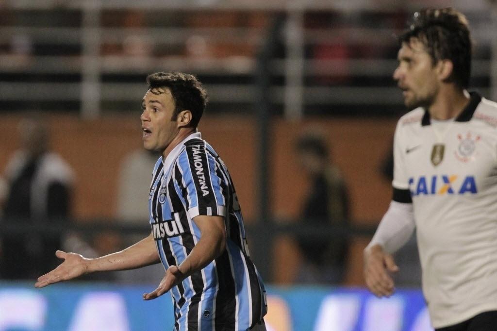25.set.2013 - Kléber reclama com a arbitragem durante partida entre Grêmio e Corinthians pela Copa do Brasil, no Pacaembu