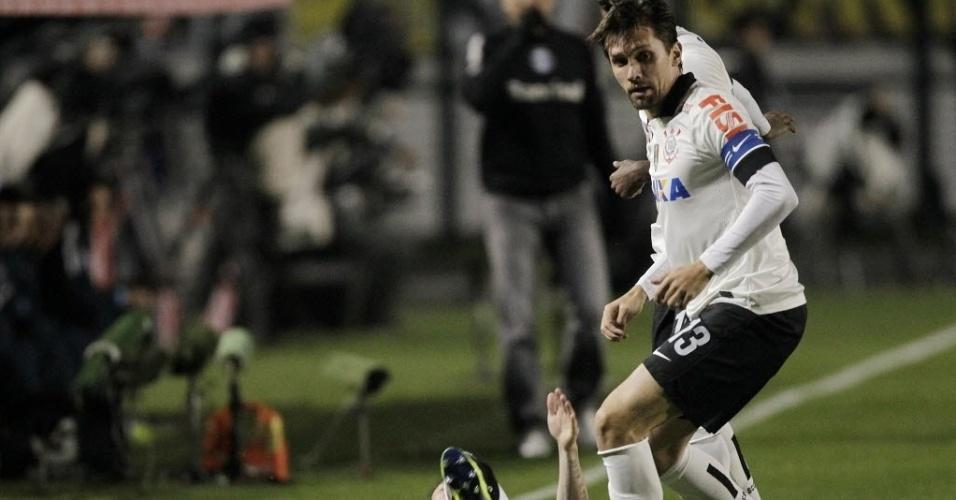 25.set.2013 - Paulo André disputa a posse da bola durante partida do Corinthians contra o Grêmio pelas quartas de final da Copa do Brasil