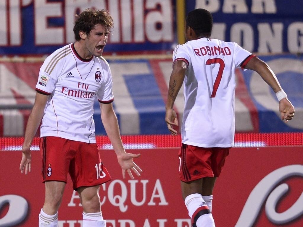 25.set.2013 - Robinho comemora com Andrea Poli gol do Milan contra o Bologna pelo Campeonato Italiano