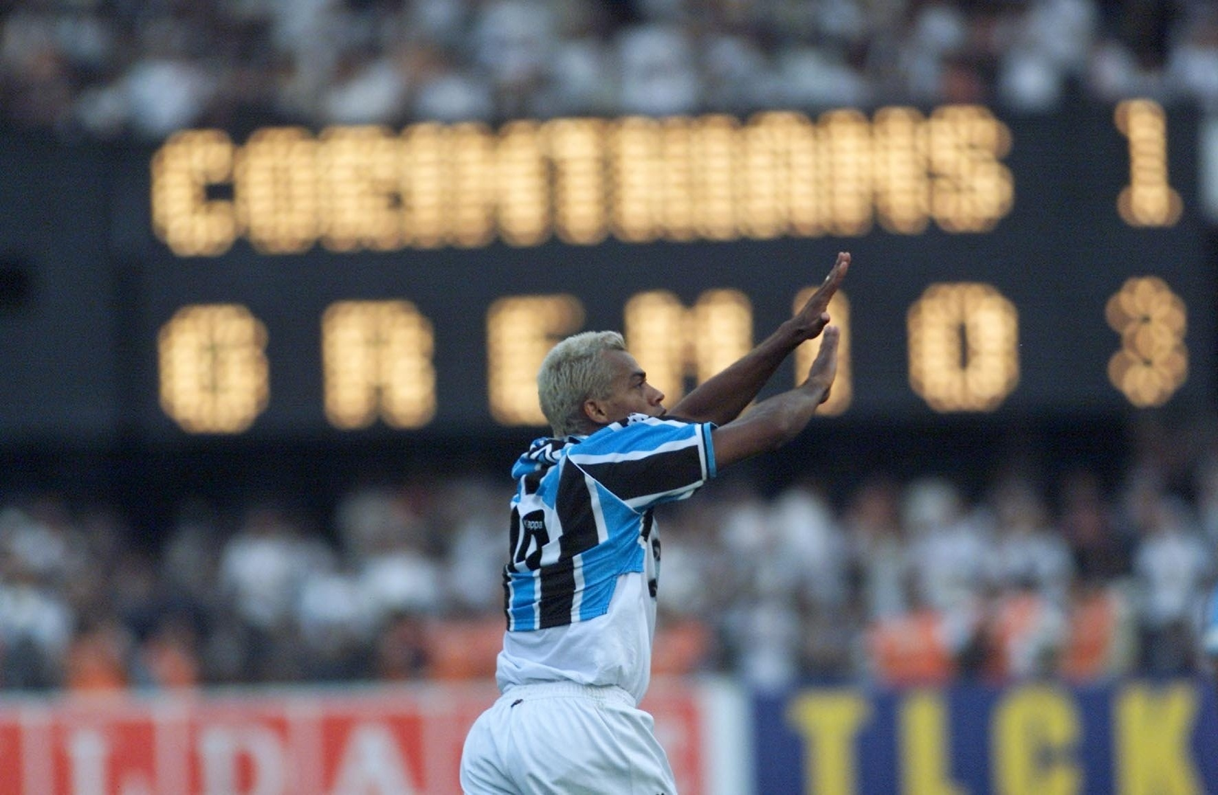 Marcelinho Paraíba, atacante do Grêmio, comemora seu gol contra o Corinthians na final da Copa do Brasil de 2001