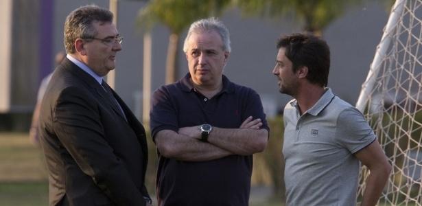 Roberto de Andrade, ao centro, conversa com Mário Gobbi e Duílio Monteiro; trio comanda futebol do clube