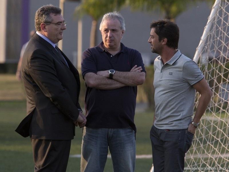 Mário Gobbi, presidente do Corinthians, conversa com Roberto de Andrade, diretor de futebol, e Duílio Monteiro Alves, diretor-adjunto