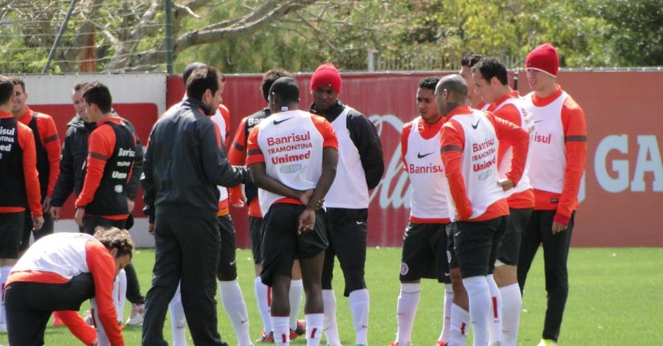 Técnico Dunga conversa com o grupo do Inter antes de treino coletivo no CT do Parque Gigante (25/09/2013)