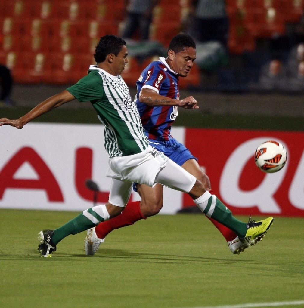 26.set.2013 - Helder (dir.), do Bahia, disputa lance com Boca Negra, do Atlético Nacional, em duelo pela Copa Sul-Americana