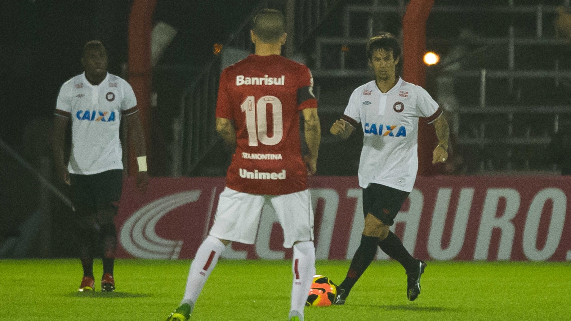 26.set.2013 - João Paulo, volante do Atlético-PR, controla a bola diante de D'Alessandro, meia do Inter, em partida da Copa do Brasil