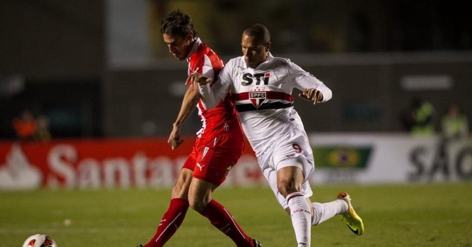 26.set.2013 - Luís Fabiano briga pela bola durante confronto entre São Paulo e Universidad Católica pela Copa Sul-Americana
