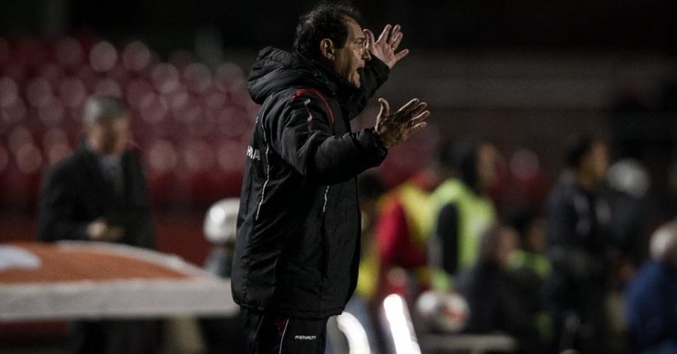 26.set.2013 - Muricy Ramalho grita com o time do São Paulo durante partida contra a Universidad Católica