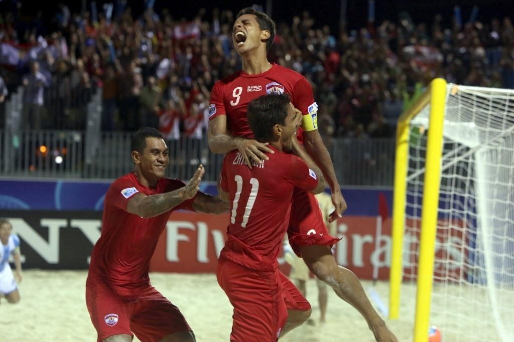 26.set.2013 - Taitianos comemoram a história goleada de 6 a 1 sobre a Argentina, que colocou o país nas semifinais do Mundial de futebol de areia