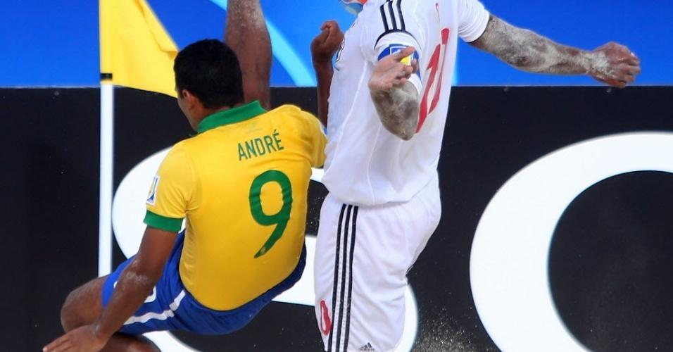 O brasileiro André tenta afastar bola em lance da vitória nas quartas de final sobre o Japão, por 4 a 3