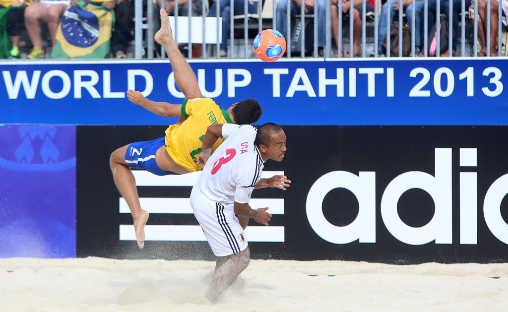 O brasileiro Fernando dá bicicleta por cima do japonês Hirofumi Oda na vitória do Brasil nas quartas por 4 a 3