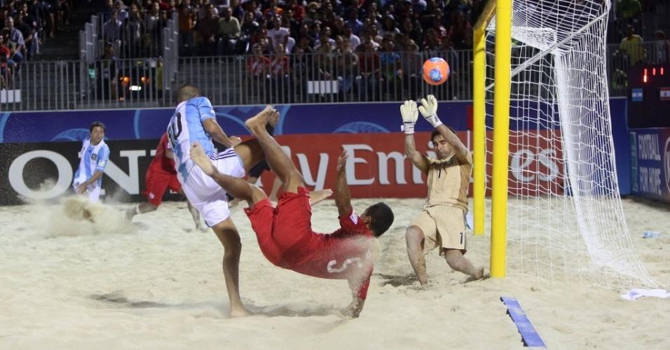 Raimoana Bennett  acerta lindo voleio de primeira, para anotar um dos gols do Taiti sobre a Argentina na goleada por 6 a 1, que colocou os taitianos na semifinal do Mundial de futebol de areia