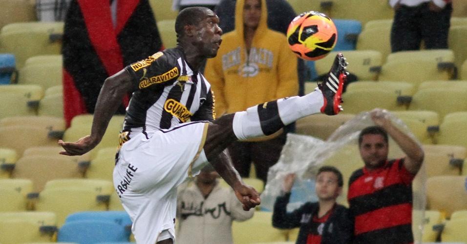 Seedorf se estica para alcançar a bola durante clássico entre Botafogo e Flamengo, pela Copa do Brasil