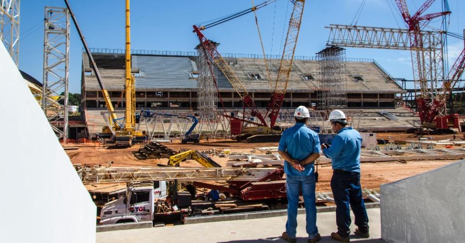 09.jul.2013 - Máquinas trabalham na construção da Arena Pantanal, que chegou a 74% dos trabalhos em julho