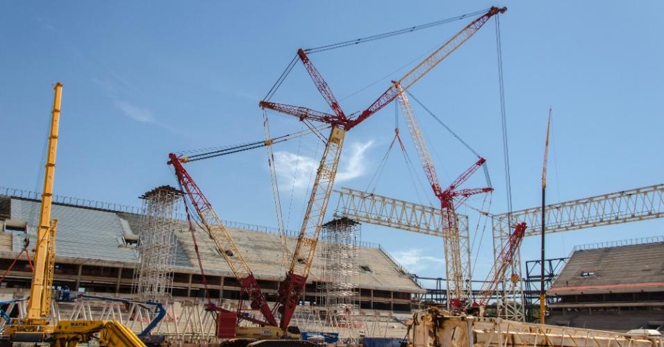 09.jul.2013 - Máquinas trabalham na construção do estádio, que receberá quatro jogos da Copa do Mundo