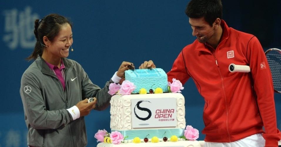 27.set.2013 - Novak Djokovic e Na Li comem ao lado de bolo do Masters 1000 de Xangai, torneio que eles promoveram em amistoso nesta sexta