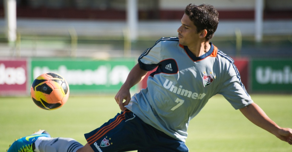 Jean brinca com a bola durante treino do Fluminense nas Laranjeiras