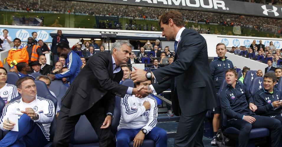 28.set.2013 - Andre Villas-Boas (dir.) cumprimenta Jose Mourinho (esq.) antes do confronto entre Tottenham e Chelsea, pelo Campeonato Inglês